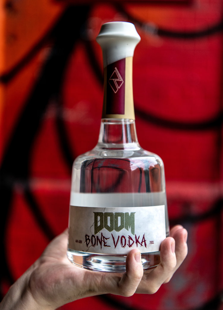 Doom Vodka kädessä Rebel Distillers