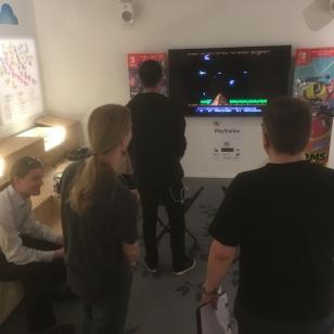 Museovieraat pääsevät myös pelaamaan.