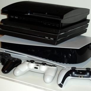 PS5 ja pleikkarit pinossa