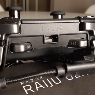 Razer Raiju Ultimate - Latausjohto ja sen liitäntä