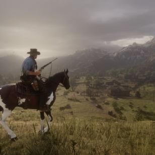 Red Dead Redemption 2 hevosen selässä ja pyssy kourassa